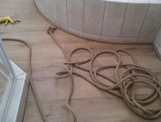 bathroom-with-rope-edges-wood-flooring